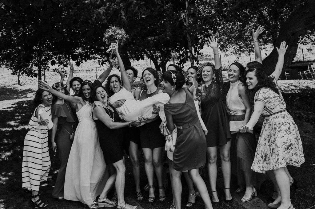 Divertido momento las amigas de la novia en el dia de su boda