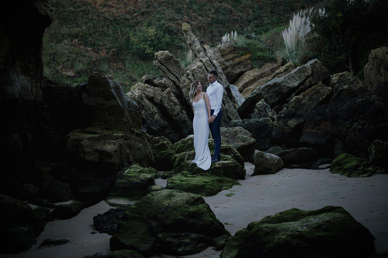 Pareja de Durango en su sesion de fotos de postboda en la playa de Galizano en Cantabria