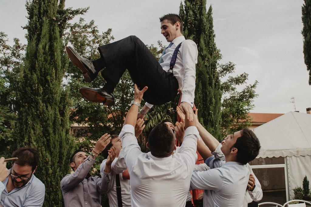 Amigos y fiesta en la boda
