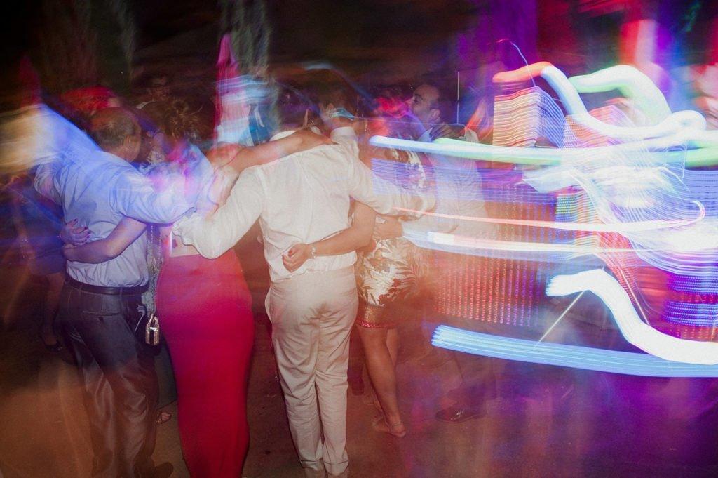 invitados bailando en la boda